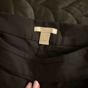 Svarta kostymbyxor, ser ljusa ut i bilden men dem är svarta. Står storlek 42 men känns som 38 eller mindre. Är storlek 40 och dem passar inte alls.