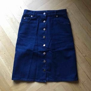 Mörk jeanskjol UK 8/ EU 36, knappar i koppar, väldigt fint skick!  Frakt tillkommer, annars möts jag upp i sthlm