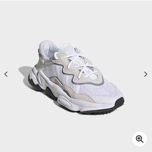 Ett par OZWEEGO skor med reflex från adidas! köpte de på Foot Locker, nyligen. Säljes på grund av försmå. Har egentligen 41 men skulle säga att de är som 39:or😊 Nypris 1249pris kan diskuteras. Kommer såklart tvättas innan köp!!!!
