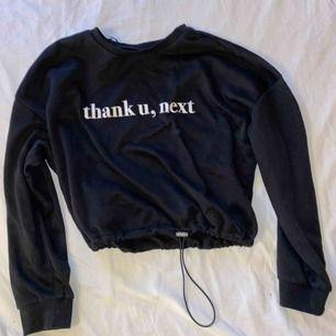 En ny sweatshirt frön Ariana Grandes kollektion med H&M. Väldigt bra skick då den endast är använd 1 gång. 150kr inklusive frakt.