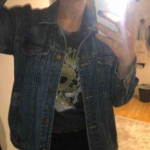 Säljer min kära jeansjacka från Monki! Köptes för ca 1år sen men har endast använt den ca 7 gånger! Säljer den då jag desperat behöver pengar! Ny pris: 500kr Mitt pris: 150krOBS! Två sista bilderna är inte mina🧡