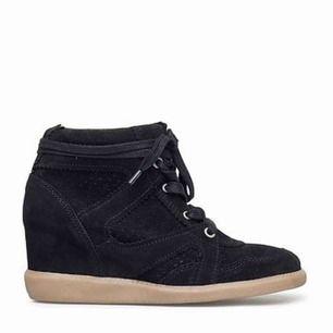 Pavement skor med kilklack (på 6cm) i 100% moccaläder.  Använda 3 gånger till fest, så ändå väldigt fint skick!  Köparen står för frakten!   Ord pris: 1200kr