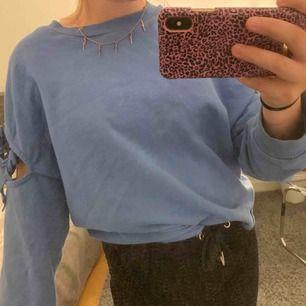 Fin blå tröja från Mango med knyten vid armarna. Använd ett fåtal gånger