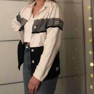 Cool, unik, vintage overshirt från Claire sports. Snygg öppen som knäppt, går att styla med mycket. Storlek S men den är lite oversized så passar absolut större storlekar än så! Fint skick! 🥰