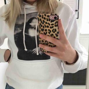 Jättefin Mona Lisa hoodie från The Cool elephant! Tyvärr har hoodien 2 små hål på ena armen, finns bilder vid intresse. 150 kronor och du står för frakt 🥰 storlek S!