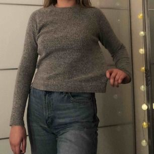 Fin basic grå mysig tröja från Esprit. Ganska liten för en storlek S, perfekta längden enligt mig (lite kortare modell). Använd men i fint skick! Passar till det mesta. +40kr i frakt🥰