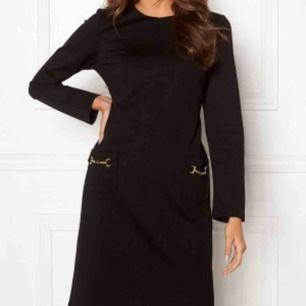 PRIS KAN DISKUTERAS Ida Sjöstedt klänning. Som ny. Nypris ca 1500kr. Färgen är dock mörkblå och inte svart som på bilden