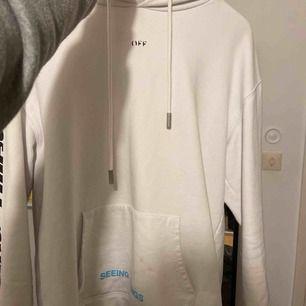 Off-White Hoodie i L, sitter som en M (ksk krympt i tvätt) köpt för ca 4,6k för ca 1 år sen. Väl använd och tre fläckar på fickan som ej går bort i tvätt (ej försökt bleka). Pris kan diskuteras. Några lösa trådar och tryck har börjat försvinna lite.