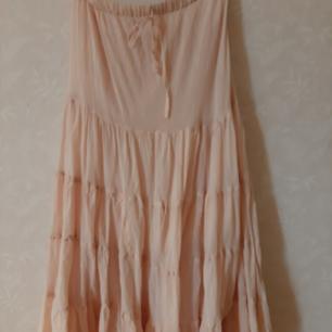 Supersöt kjol ifrån Mathilde. Strl 36. Lång kjol i aprikos. Aldrig använd.  Ord pris 1300:- Nu 100:-