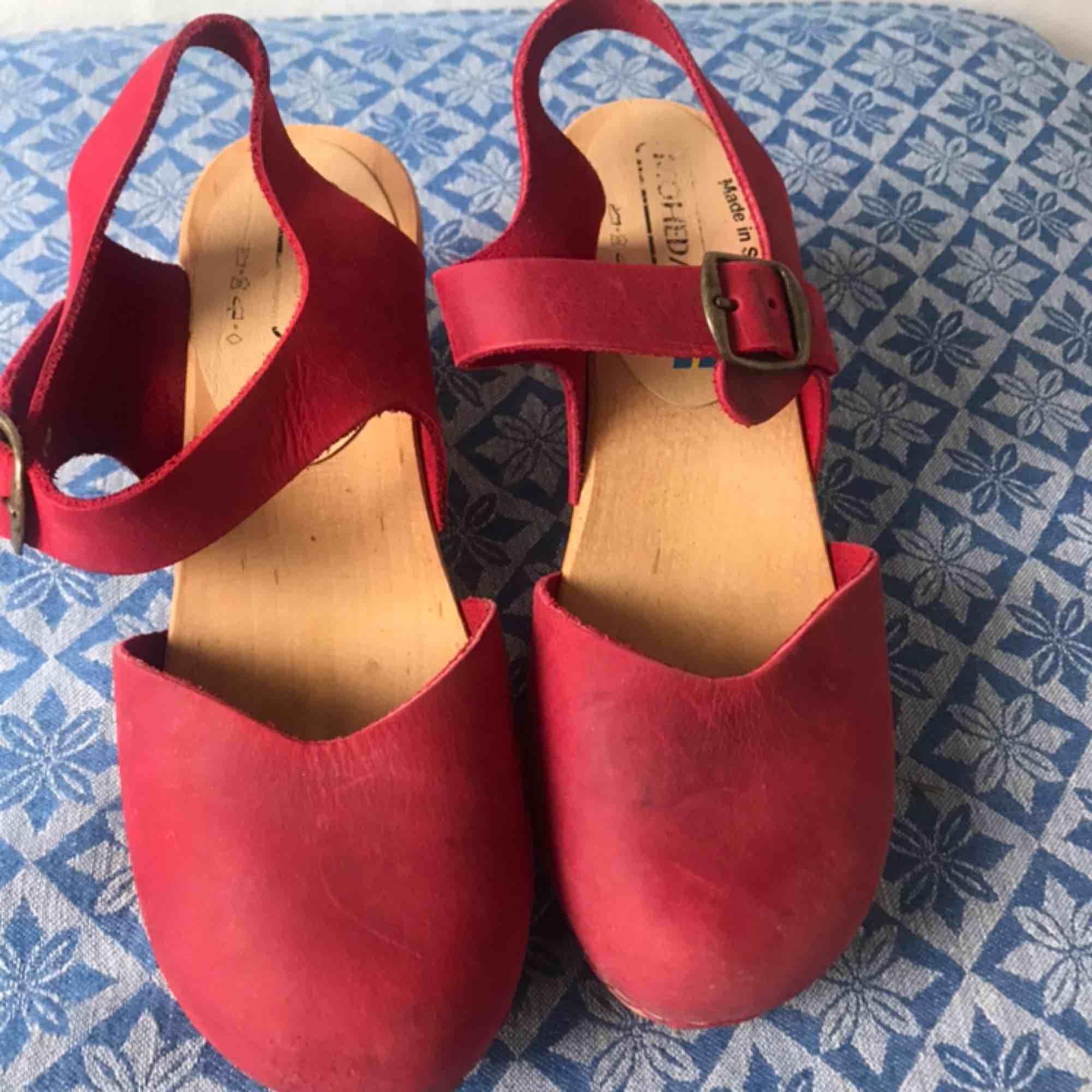 Fina röda träskor, väldigt bra skick. Köparen står för eventuell frakt. 🌸. Skor.
