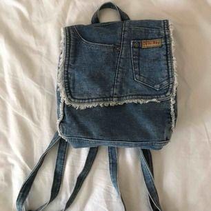 Säljer min jättesöta handgjorda jeansväska som är köpt på humana. Använd ca 2 gånger och är i superfint skick. Frakt tillkommer.