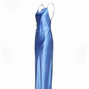 Ljusblå klänning i silkesmaterial från Samsoe Samsoe, jättefin som balklänning!  Aldrig använd utan bara testad. Säljer klänningen i den ljusblåa färgen som visas på första bilden, men det är exakt samma klänning som de sista bilderna!   Tar emot bud!