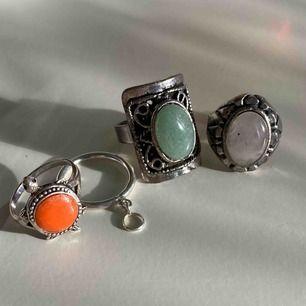 De två ringarna till vänster är silver. De två till höger är justerbara. 85 för alla eller en för 29 (frakten är inräknad i priset). 😍kolla gärna på allt annat jag säljer😍