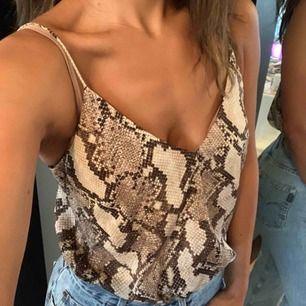 Ormskinnsmönstrat linne strl L men passar S-L  beroende om du vill ha det lite oversize. 🐆 Satinliknande material