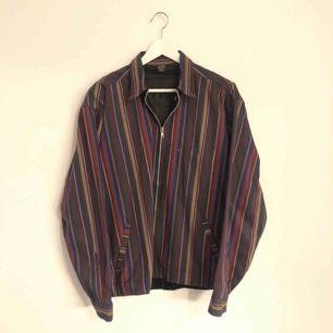 Grym vintage jacka i nyskick! Storlek L så passar bra oversized.