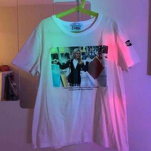 """Clueless tröja med quote från filmen samt """"logga"""" på vänster arm, köpt från Zara. En aning tajt i armarna så skulle kanske säga s/xs."""