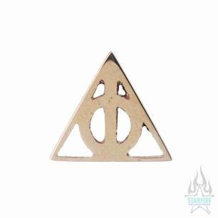 14 karat guld Örhänge i push pin-format med deathly hallows-symbolen från Harry Potter. Kvittobevis. Örhänget ligger fortfarande i sterilisationsskydd och därmed aldrig använd.  Nypris 1,659 så definitivt ett kap!