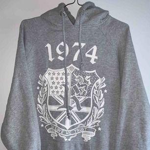 En grå hoodie från Westhill Redbird till salu. Jag har använt den ett par gånger och men finns inga ytliga skador. 💛