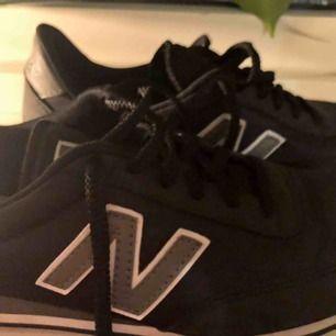 Sneakers NEW BALANCE U410CC Svart, använda 4-5 gånger och är i fint skick. Priset kan diskuteras så skriv till mig om ni är intresserade🥰de är i storlek 40 men är som 39or!
