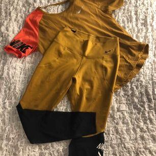 Senapsgult träningsset från Nike💪 tröjan är i storlek M och tightsen storlek S och är höga i midjan🤩 knappt använt och i bra skick😍 skriv för mer information, frakt tillkommer!