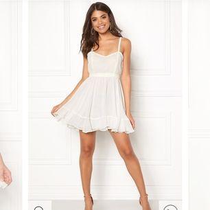 Säljer 2 helt nya Ida Sjöstedt klänningar. En är i storlek 40 och den andra i storlek 42. Tyvärr passade ingen av dem mig, och glömde att skicka tillbaka dem! Priset är 400kr/styck+frakt❤️