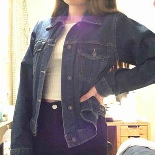 Mörkblå retro/vintage jeansjacka säljes! Storlek M.  Fint skick & lite vintage stil. Märket heter Lemon. Bär den oversized eller som tight passform! På mig som har XS i storlek blir den mer baggy.