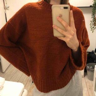 oversize (för mig) stickad tröja som är jätteskön och mysig! hämtas upp i malmö eller kan skickas mot fraktkostnad på 63kr😊