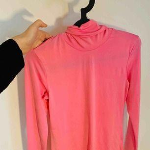Polotröja med superhäftig rosa färg. Svårt att få den på bild :/ Den är en stretchig M, knappt använd!