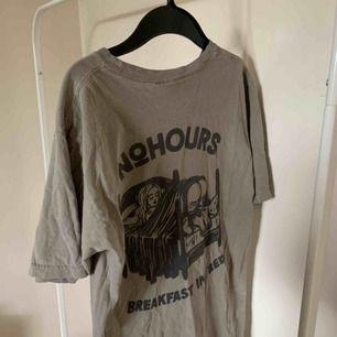 Oversized T-shirt från NO HOURS. Köpt på DollsKill. Knappt använd. Frakt ingår i priset ❤️