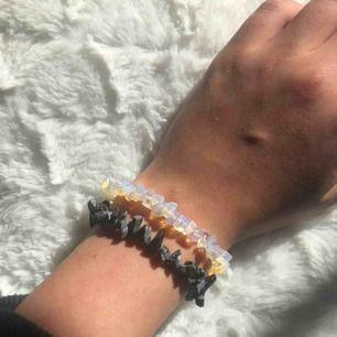 Hej! Säljer nu mina egna hemmagjord armband! Passar bra till nästan vilka kläder som helst! Just dessa armband är lite mindre och passar på smala handleder! 60kr/st eller båda för 100☺️
