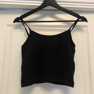 simpel svart crop top linne från monki i bra skick. kan hämtas upp i malmö eller skickas mot fraktkostnad på 36kr 😘