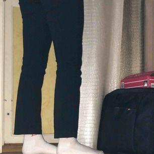 Mörkblå/svarta jeans som är för små för mig :(. Lite slitage här och där men inget man märker av🥰🌸 priset är inklusive frakt! Kontakta för mer frågor och bilder om önskas!❤️