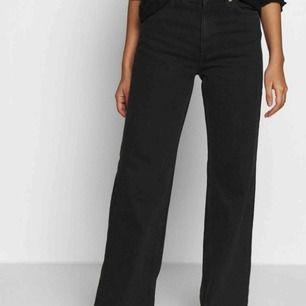Säljer mina skit snygga jeans från monki, storlek 29 men skulle säga att dom passar M. Frakten tillkommer❤️