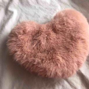 Supergullig liten hjärtformad mjuk puderrosa necessär. Perfekt för småsaker som lätt försvinner i väskan. ✨