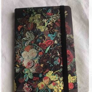 En liten, otroligt vacker olinjerad antecknings/skissbok från paperblanks. Minns ej nypris men tror ca 170:-. Aldrig använd 🥺