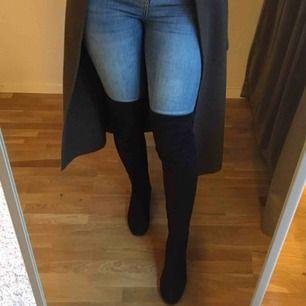 Over knee boots från Nelly i storlek 37. Sidenband istället för de vanliga snörena, men går enkelt att byta ut. Väl använda. :)