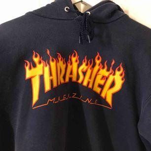 Säljer denna ändå välanvända superfina Thrasher hoodien som inte kommer till användning😔 jättefin lagom oversized hoodie på mig som har storlek S/M. Skriv för mer bilder vid intresse💞