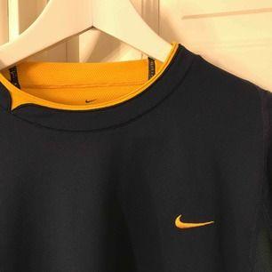 Nike T-shirt som är köpt på second hand, använt den 1 gång så säljer då den inte kommer till användning. Såååååå fin som en oversized tshirt!🥰