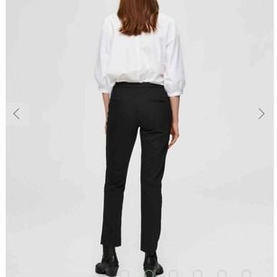 Svarta kostymbyxor i strl 34! Dragkedja längst ner och fickor fram! Helt oanvända och nytt pris 900kr, mitt pris 200kr💓