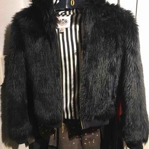 Jättefin jacka som dottern använt vid fest i svart fuskpäls. Som nyskick ! Stl 12 år men eftersom den har muddar kan flickan ha den från 10 år.
