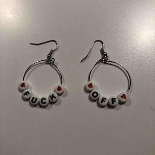 """""""fuck off"""" örhängen som jag gjort för hand! ringarna har diameter på 3.5cm :) kan hämtas i malmö eller skickas mot fraktkostnad på 11kr💕😊"""