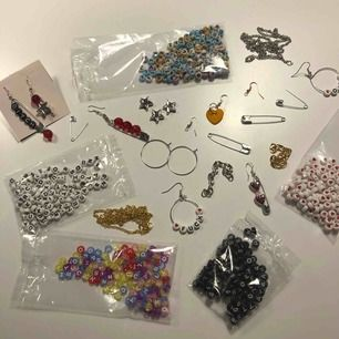 säljer kostymerade örhängen! välj vilken typ och vad du vill ska finnas på den:)) pris bestäms efter vilka material och arbete som går in i dem. lite färdiga örhängen finns som inspo på bilden! pris ligger runt 75-100 :))