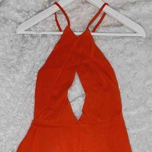 En jätte gullig playsuit i färgen orange. Den är väldigt stretchig i materialet. Frakt: 60kr