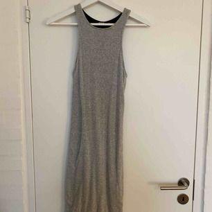 Supersnygg, ribbad, fodrad grå klänning från BikBok. Rak modell som slutar en aning ovanför knäna med en slits på var sida. Superskönt material. Skriv för fler bilder. Köparen står för frakt💖