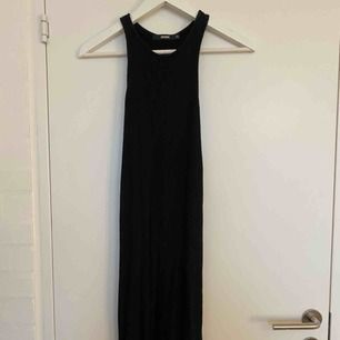 Supersnygg, ribbad, svart fodrad klänning från BikBok. Rak modell som slutar en aning ovanför knäna med en slits på var sida. Superskönt material. Skriv för fler bilder. Köparen står för frakt💖