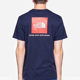 En mörkblå The north face T-shirt. Den har en röd box på ryggen och vit text under. Säljer pga inte använder. Använd ca. 8 ggr. Jättefint skick. Köpte den för 299kr.