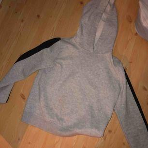 • grå hoodie passar en s!🍒 • grön hoodie passar alla från weekday!🍒