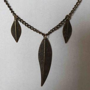 Fint halsband med fjädrar 🧡 OBS! Vi kan ej garantera vilket material smycket är gjort i. Frakt ingår inte i priset. Om du vill köpa till en papperslåda vi har tillverkat själva tillkommer en extra kostnad på 15kr ✨