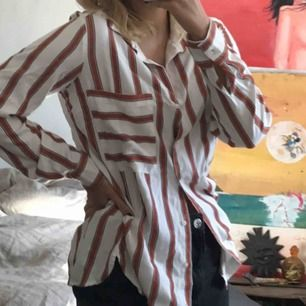 Skjorta från engelska butiken next, knappt använd. Materialet känns både skönt och lite lyxigt!