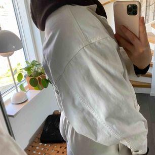 Nakd jeansjacka i storlek 34. Armarna är oversized, så snyggt!! Perfekt till i vår! Vid snabb affär kan jag tänka mig stå för frakt! 300 kronor eller högsta bud 😁